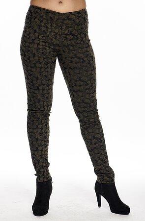 Úzke vzorované dámske nohavice s maskáčovým motívom 823