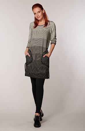 Voľnejšie prúžkované čiernobiele dámske šaty s vreckami 7001