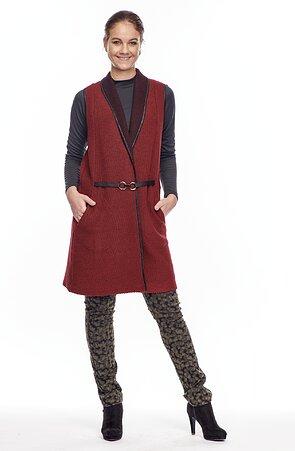 Dlhšia tmavo červená dámska vesta so sponou 7618