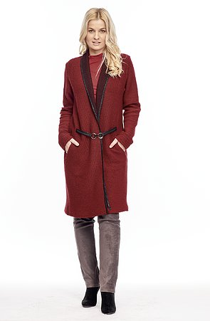 Dlhšia tmavo červený dámsky kabátik so sponou 7623