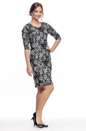 Priliehavé šedé kvetované dámske šaty 7011