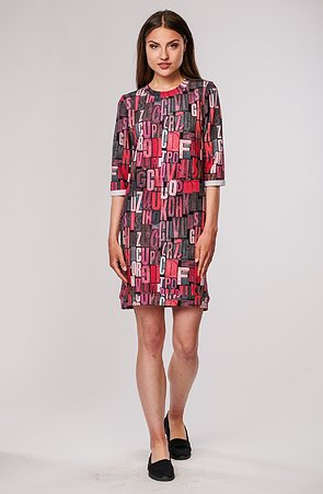 Volnější růžové dámské šaty s písmeny a kapsami 7072