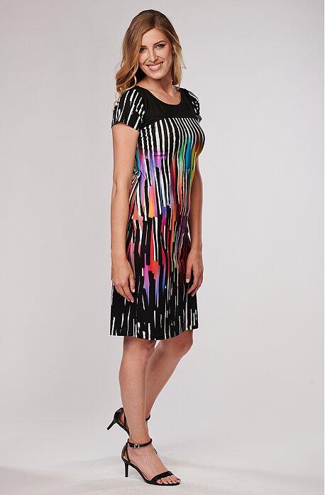 Elegantní černé dámské šaty s barevnými pruhy 7050