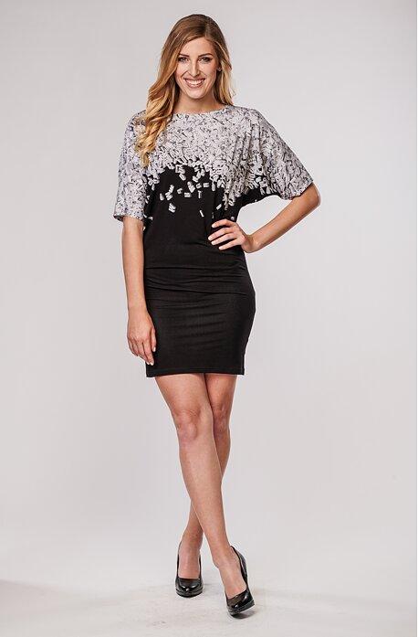 Přiléhavé černé dámské šaty s bílými písmeny 7010